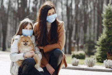 Aider nos chiens à s'adapter au port du masque sur les visages humains : les conseils de la comportementaliste Sandrine Nataf-Otsmane